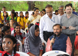 The Union Minister for Human Resource Development, Shri Prakash Javadekar interacting with the Kendriya Vidyalaya students at the launch of the Swasth Bachche, Swasth Bharath Programme, in Kochi